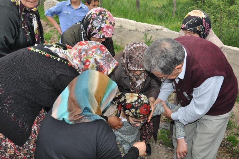 Özer'in Türk Bayrağı'na sarılı cenazesi evin önüne getirildi, toplanan mahalle halkından helallik istendi. Özer'in eşi Mehtap Özer gözyaşlarına boğuldu.