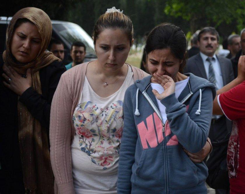 Genç mühendisi mezara 65 yaşındaki babası Cihat Karadağ indirdi.