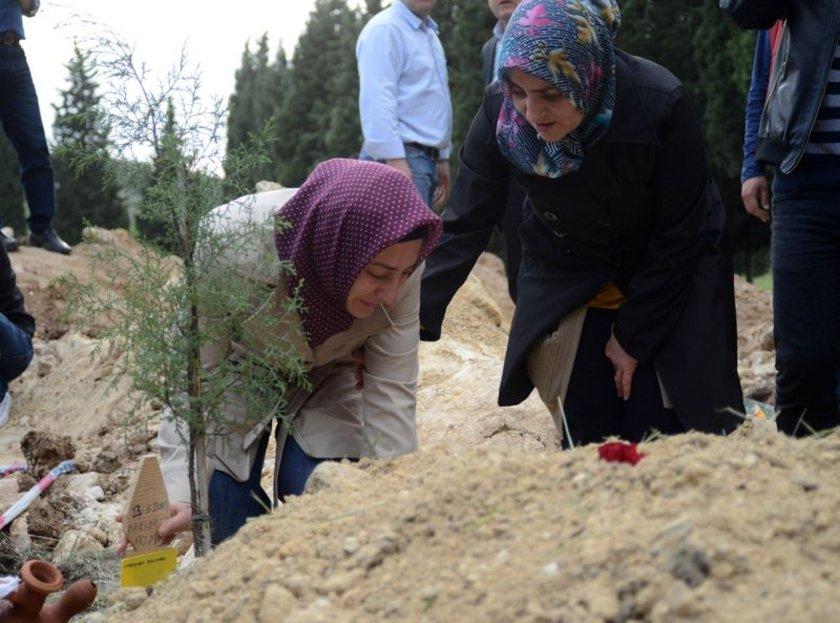 Karadağ'ın eşi ve annesi mezara sarılarak gözyaşı dökerken onları sakinleştirmek yakınlarına kaldı.