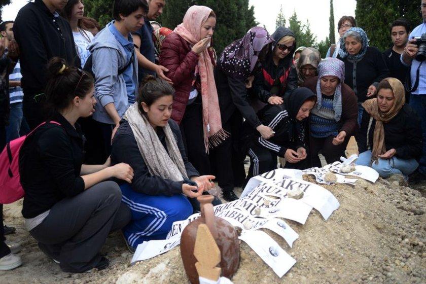 Sevenlerinin omuzlarında Soma Belediye mezarlığına getirilen genç mühendisin naşı açılan toplu mezarlardan birine defnedildi.