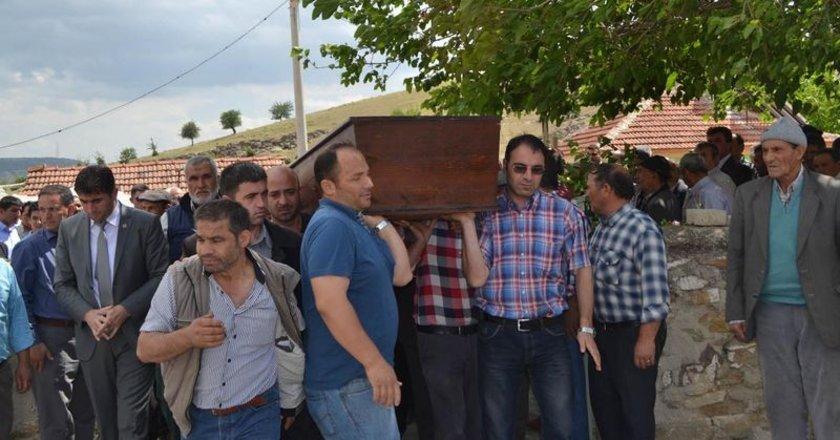 Kula Müftüsü Talat Özmet'in kıldırdığı namazdan sonra madencinin cenazesi bir süre omuzlarda taşınarak Ortaköy Mezarlığı'nda toprağa verildi.
