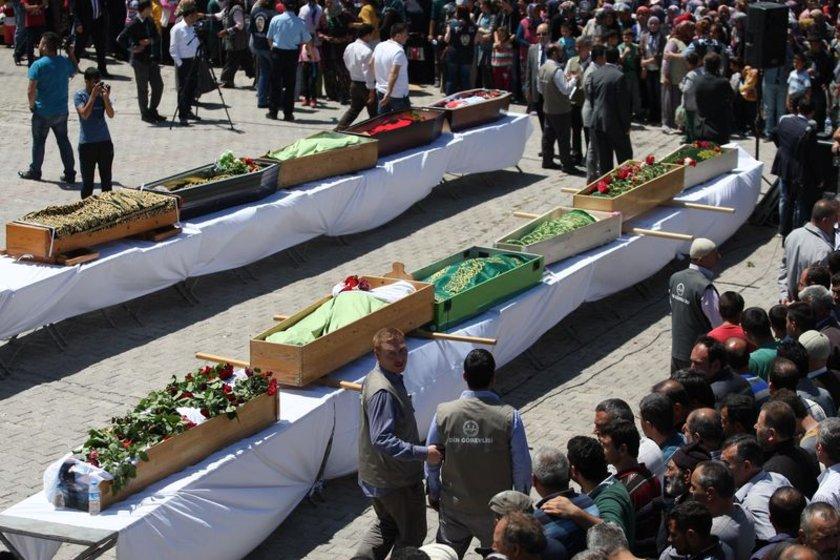 <b>11 İŞÇİNİN CENAZE NAMAZINI DİYANET İŞLERİ BAŞKANI KILDIRDI </b>Türkiye'yi yasa boğan maden faciasında ölen işçilerden 11'i Balıkesir'in Savaştepe ilçesinde toprağa verildi.