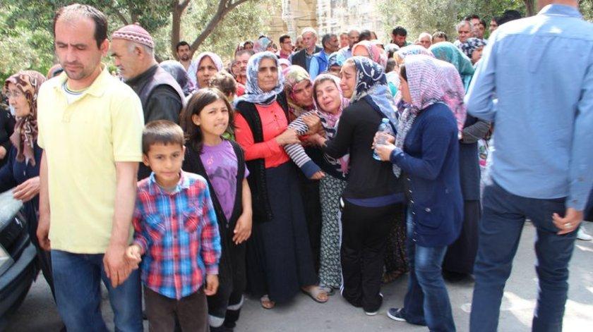Tedavisi yapılarak mezarlığa getirilen Mustafa Kaya'nın eşi Naciye Kaya, \