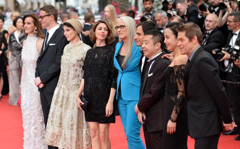 Cannes jürisi açılış öncesi objektiflere böyle poz verdi.