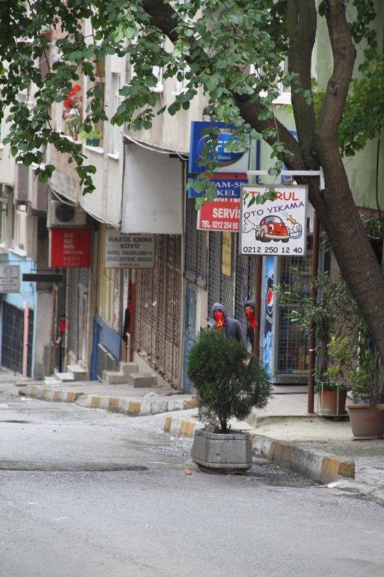 Ara sokaklarda devam eden olaylar sırasında yüzleri maskeli grup molotofkokteylleriyle polise saldırmıştı.