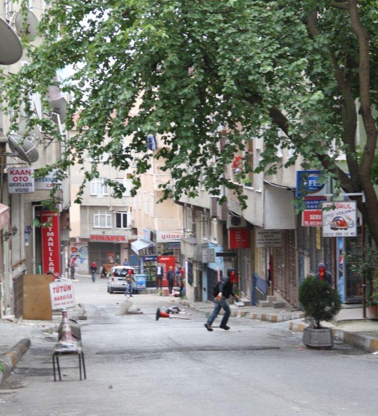 Aralarında yüzleri maskeli kişilerin de olduğu grup, sloganlar atmıştı. Ardından yola barikat kuran ve çevreye gelişi güzel saldıran göstericiler, polisin biber gazıyla yaptığı müdahalenin ardından ara sokaklara dağılmıştı.