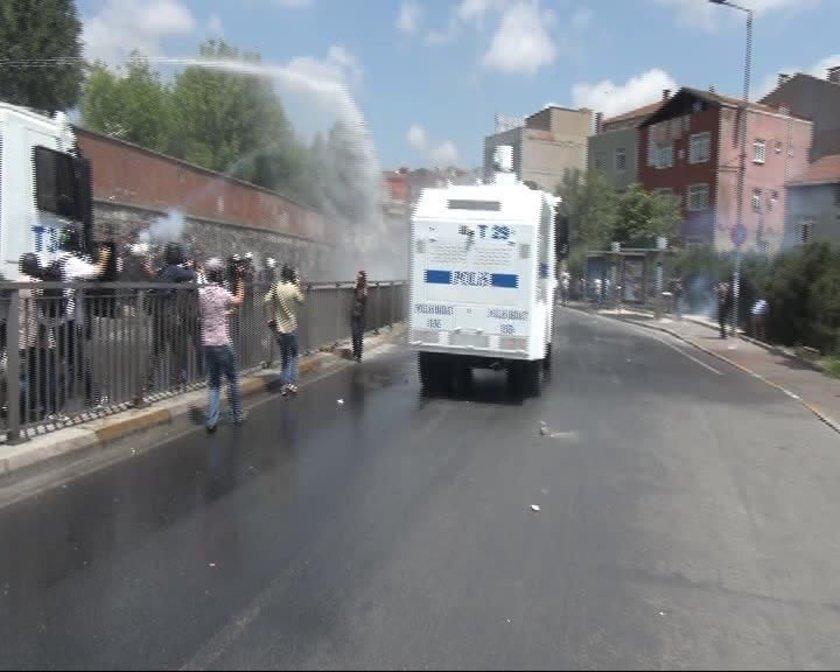 Bunun üzerine polisler, TOMA'dan tazyikli su ve biber gazı sıkarak eylemcilere müdahale etti.