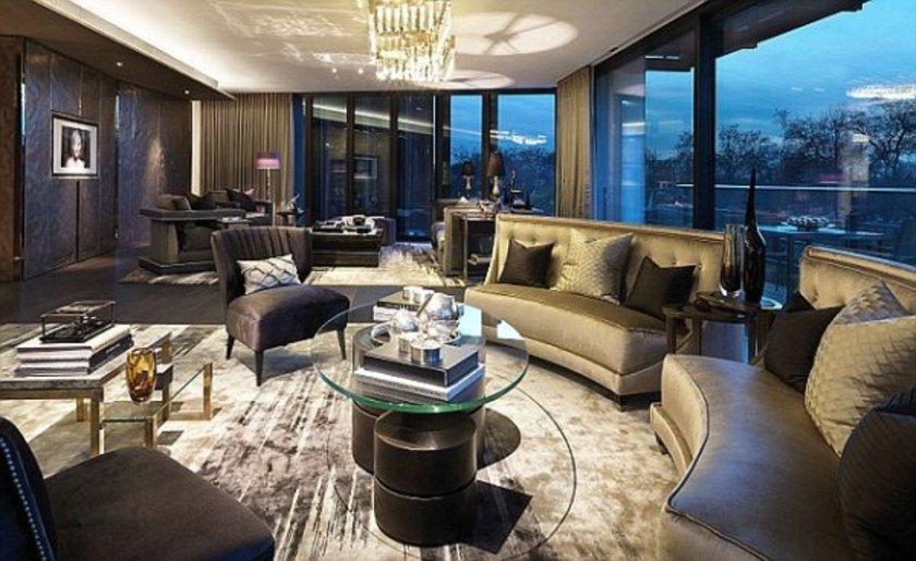 <p>Metrekare başına net 522 bin Dolar (1.15 milyon TL) istenen daire tam bir lüks cenneti. 4 yatak odalı dairede asansör, jakuzi, yüzme havuzu da bulunuyor.</p>