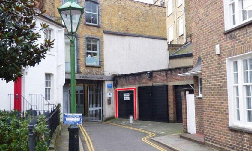 <p>Londra'nın lüks mahallerinden biri olan Chelsea'de satılan bir garajın fiyatı duyan herkesin dudağını uçuklatacak cinsten...</p>\n<p></p>\n<p>Hatta öyle ki garajı satın alabilmek için 360 bin sterlin yani yaklaşık 1.5 milyon lira ödeyen yeni sahibi, neredeyse servet ödediği bu garaja park ederken çok zorlanacak. Çünkü garaj çok küçük olduğu gibi manevra için yeteri kadar alana da sahip değil. Usta şoförler için sıkıntı yaratmayacak olsa da park edilecek otomobillerin büyük olması durumunda garajın yeni sahibinin epey bir zorlanacağı aşikar.</p>\n<p><br /><br /><strong>HABERTURK.COM EKONOMİ SERVİSİ</strong></p>