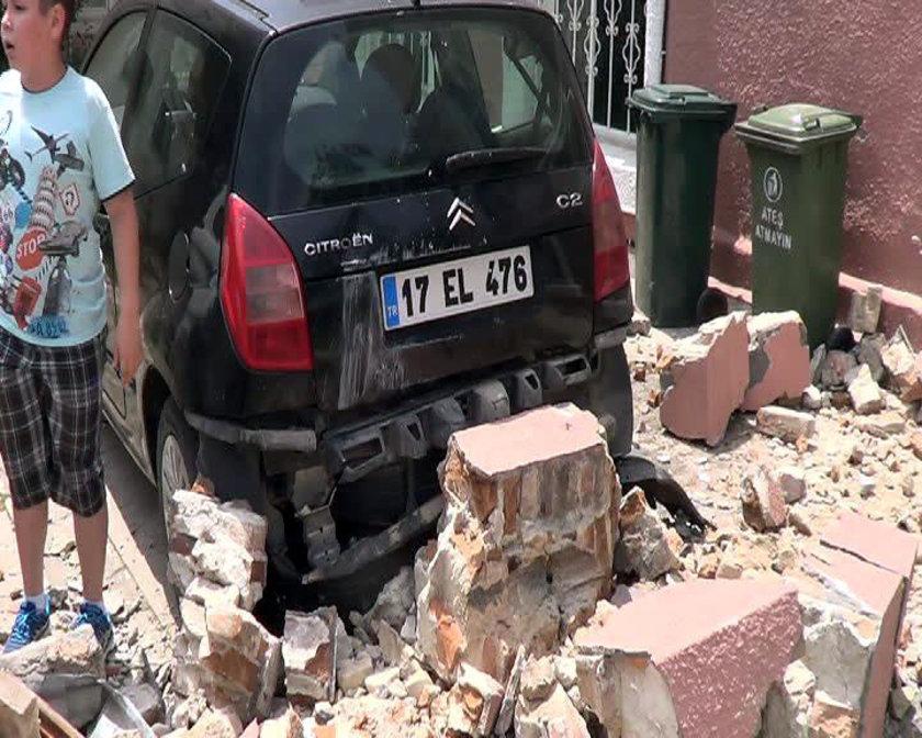 Gökçeada'nın batısında dün meydana gelen 6.5 şiddetindeki deprem vatandaşları sokağa dökmüş, bazı binalarda hasar meydana gelmişti.