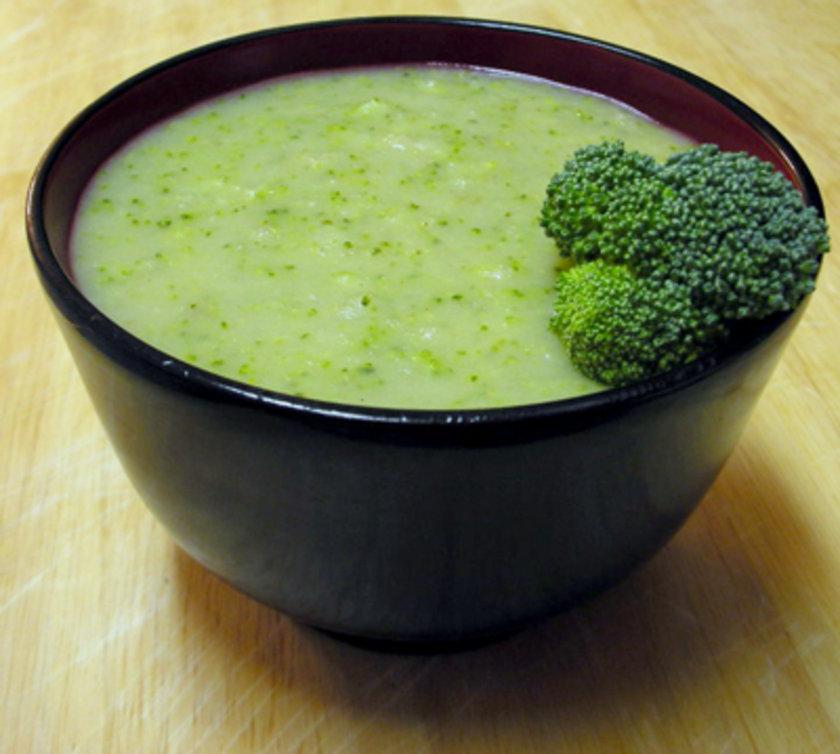Brokoli\nAdet öncesi dönemde oluşan şişkinliğinizi gidermek için lifli gıdalar tüketmek sizlere mantıklı gelmeyebilir ancak brokoli, enginar ve brüksel lahanasını önerirken geçerli bir sebebimiz var.