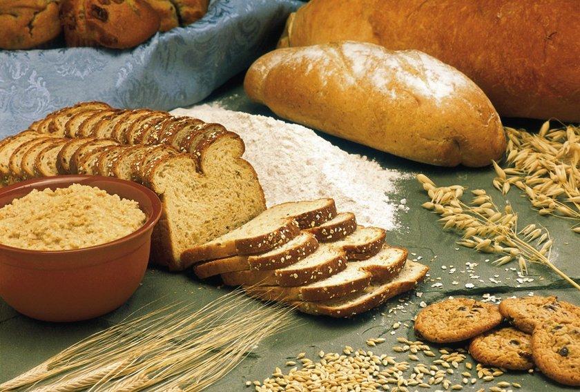 \nTatlı patates, kuskus, kabak, kinoa, mercimek, yulaf, tam buğday unundan yapılan gıdalar, mısır, çilek, elma ve karpuz gibi besinleri tercih ederek adet öncesi sendromla başa çıkabilirsiniz.