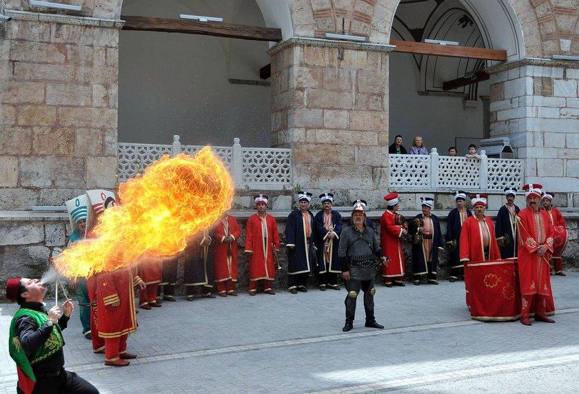 Mehter ve kılıç kalkan ekibi gösteri yaparken, ateşbaz da nefes kesen bir gösteri sundu. Tahtabacak, Karagöz gösterileri de yapıldı.