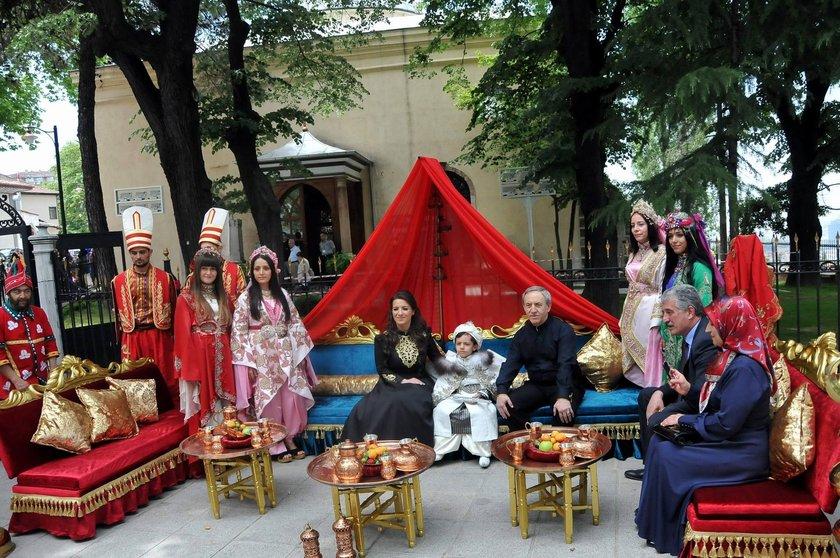 Bursa Vali Yardımcısı Mehmet Özcan, padişah Murad Hüdavendigâr'ın türbesinin de içinde bulunduğu Çekirge'deki tarihi caminin avlusunda 6 yaşındaki oğlu Mehmet için çalgılı ve ateşbazlı sünnet düğünü yaptı.
