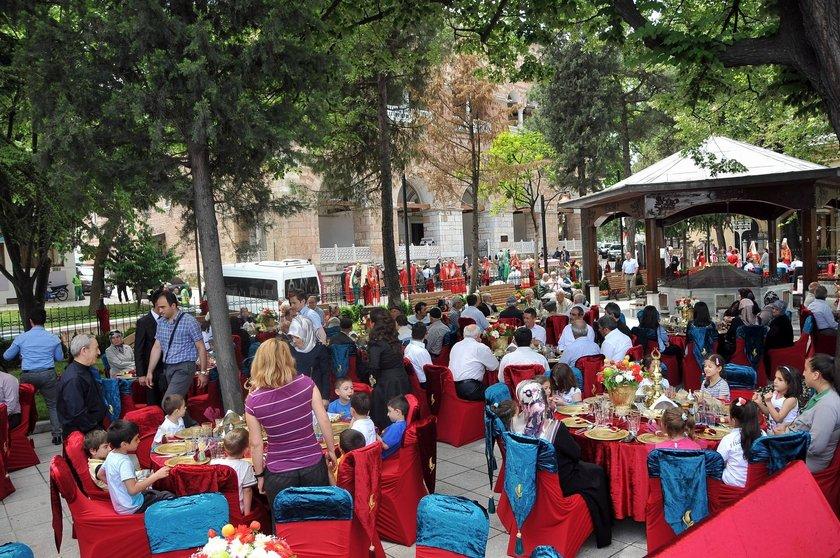 Vali Yardımcısı Mehmet Özcan ve eşi Nükhet Özcan, misafirlerini, masalarla donatılan cami avlusunda ağırladı.