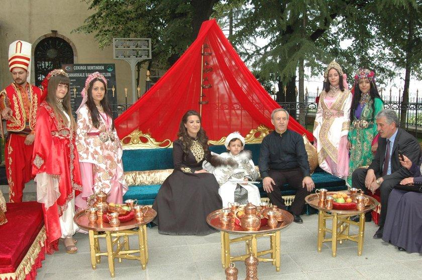 Türbenin hemen önüne küçük Mehmet için kurulan tahta oturan misafirler, sünnet çocuğuyla bol bol fotoğraf çektirdi.