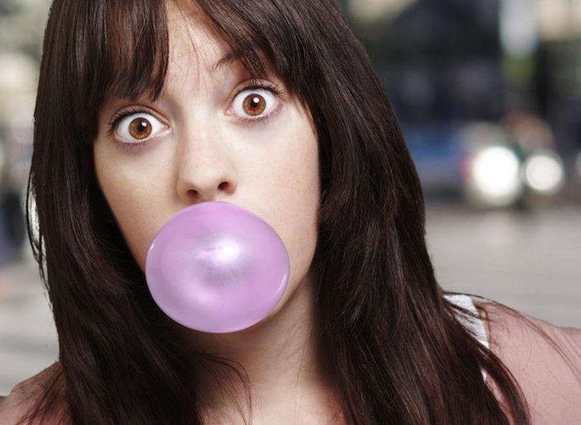 Şekersiz sakız çiğnemek tükürük salgınızı artırarak ağız temizliğinize yardımcı olur.
