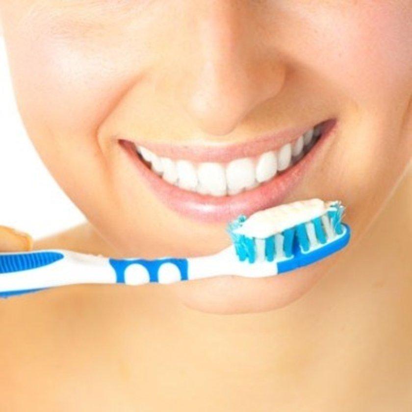 Diş çürükleri, diş eti iltihapları ağız kokusunun önemli nedenlerindendir. Ağız içi herhangi bir enfeksiyon bakteri üremesini artıracağı için daima ağız kokusuna neden olur.