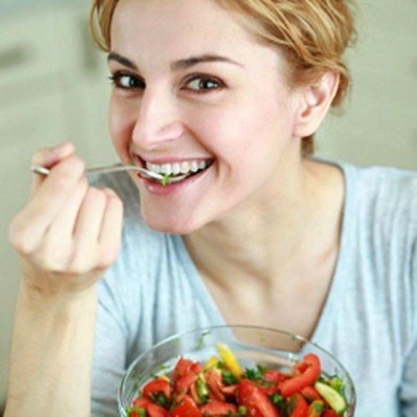 Her lokmayı iyi çiğneyin. Bu sayede yiyeceklerle tükürük salgısı iyice karışır ve ağızda yemek parçası kalma olasılığı düşer. Daha çok çiğneme hareketi daha çok bakterinin yerinden koparak mideye gitmesine yardımcı olur.
