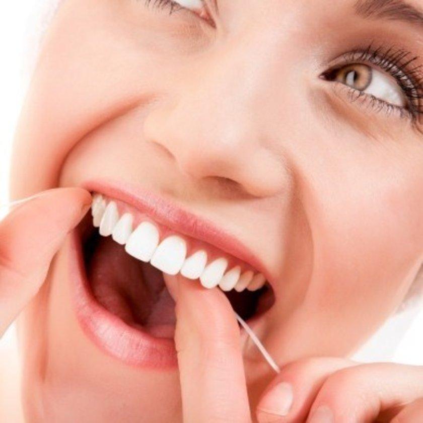 Diş ipi sayesinde fırçanın çıkaramadığı yerlerdeki bakteri ve yemek artıklarını sökebilirsiniz. Özellikle diş gövdeleri arasındaki dar bölgelerde biriken yemek artıkları hızlı bakteri çoğalmasına neden olabilir.