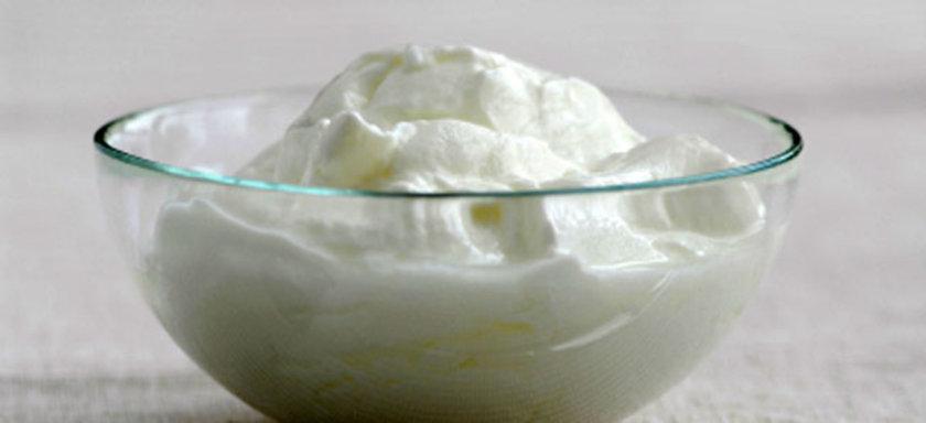 Tam yağlı yoğurdun içerdiği yağ sayesinde mide boşalma zamanı uzuyor ve kişinin acıkma duygusu azalıyor.