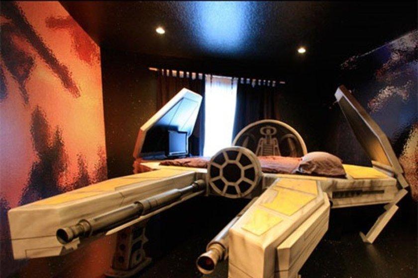 Uzay mekiği şeklinde yatak\n<br>18 bin dolar.