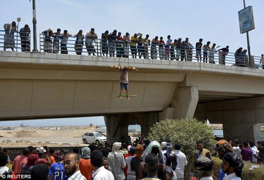 ABD'ye casusuluk yaptığı suçlamasıyla yakalanan iki erkek cesedi El Kaide kontrolünde olan Yemen'in Mukalla kentinde köprüye asıldı.