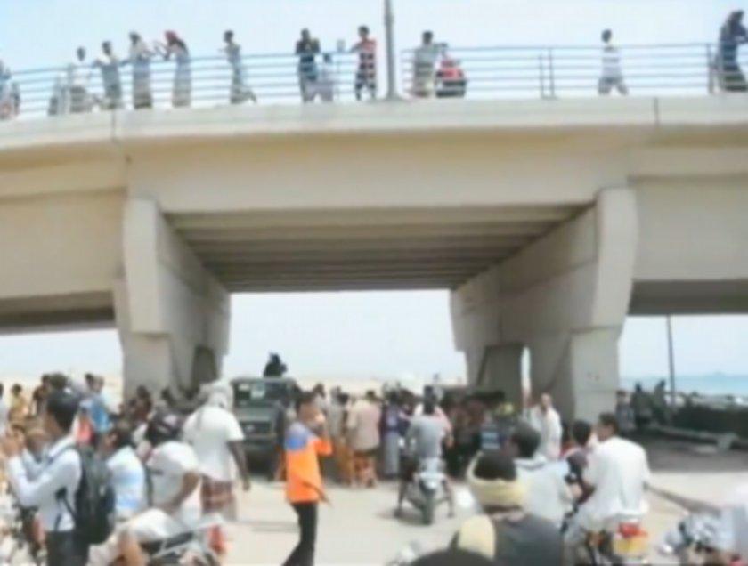 Köprüye asılan cesetleri toplanan onlarca kişi tarafından izlendi.