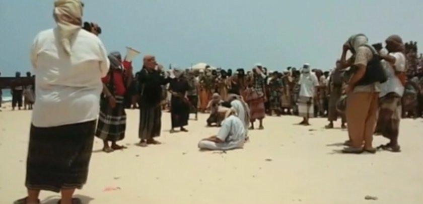 Afişte 'Suudi ailesi ABD savaş uçaklarının cihatçıları bombalaması için yönlendirdi\