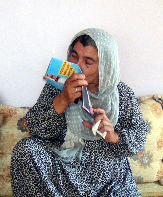 Irak'ın Musul kentinde rehin alınan şoför Mehmet Sait Çobanoğlu'nun (28) Kızıltepe ilçesinde yaşayan ailesi, şoförlerin serbest bırakıldığı yönündeki haber üzerine büyük sevinç yaşadı. Anne Remziye Çobanoğlu sevinçten oğlu Mehmet Sait Çobanoğlunun foto