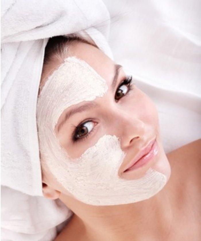 Cilt maskelerini on dakika boyunca cildinize uygulayın ve durulayın. Hastaların çoğu daha iyi bir parlaklık ve ciltte kuruluk eğilimi olduğunu söylüyor