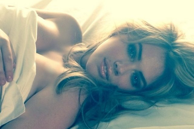 Kate Upton yine yatakta