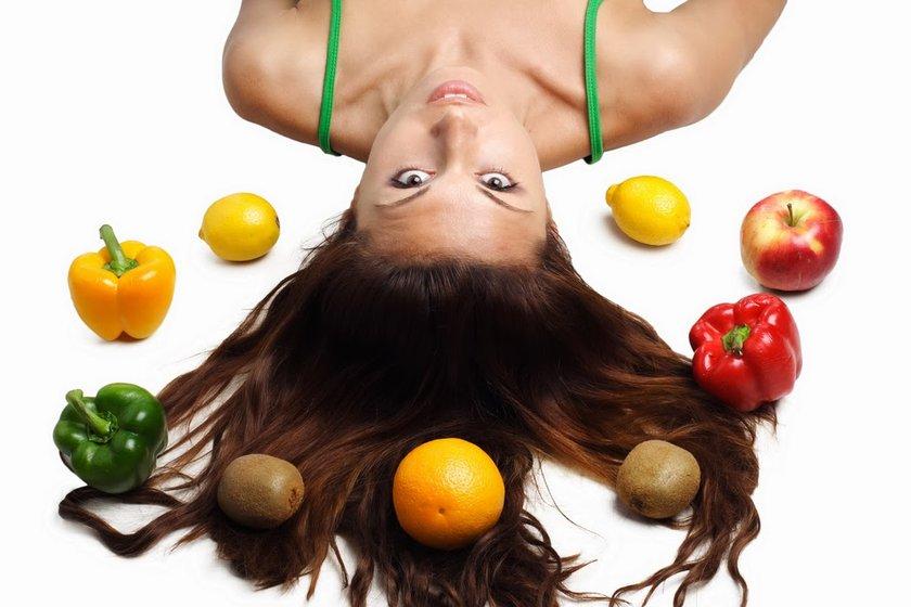 Beslenmedeki bozukluk saçlarımızın aşırı kuru, aşırı yağlı ya da kepekli olmasına neden olur.\nBazı besinlerse özellikle saç sağlığını destekler.