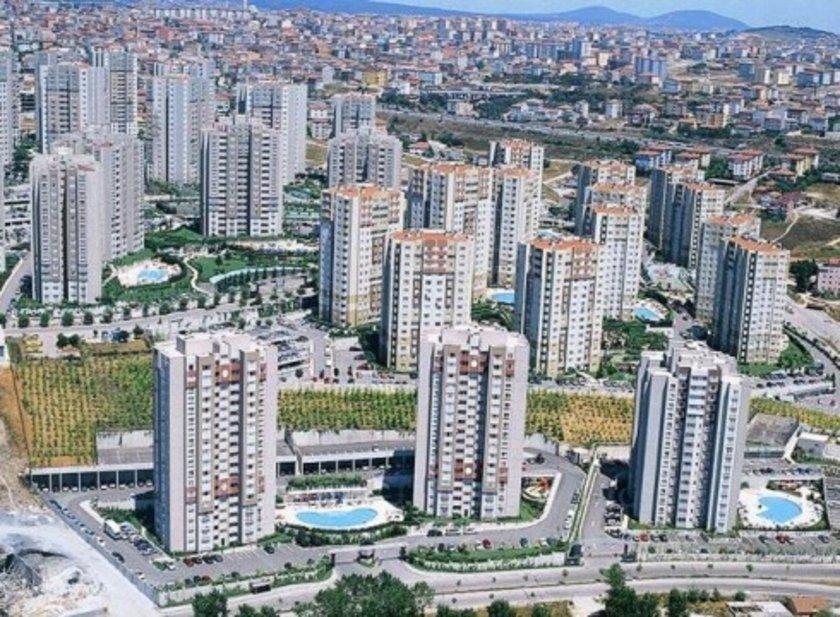 Buradan\nbakıldığında İstanbul'da\nyapımı tamamlanmış\nve oturuma hazır halde\nbulunan 5-6 bin konut\nolduğu ortaya çıkıyor.\nPiyasaya bakılınca ise\ngayrimenkuldeki satış\nhızının düştüğü inşaat\nsektörü yöneticileri\ntarafından kabul\nediliyor.