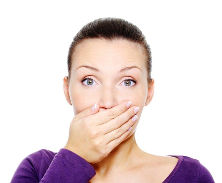 Ağız kaynaklı ağız kokusu; çoğunlukla diş eti \nHastalıkları, diş çürüğü, ağızdaki eski dolgu ve kaplamaların altındaki çürüklerden kaynaklanmaktadır