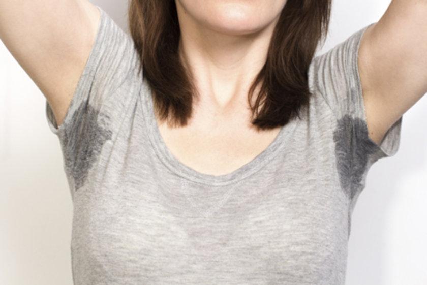 Kıyafetlerinizin temizliğine büyük özen göstermelisiniz. Her zaman yeni yıkanmış kıyafetler giyerseniz ter kokusu azalacaktır.