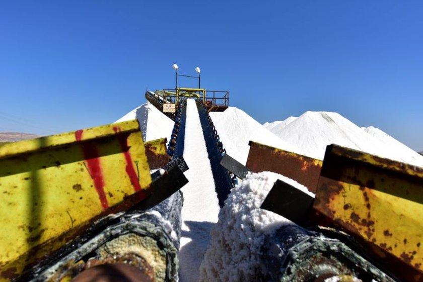 Türkiye'nin tuz ihtiyacının önemli bir kısmının karşılandığı Tuz Gölü'nde tuz hasadı sürerken, 10'dan fazla ülkeye tuz ihracatı yapılıyor.