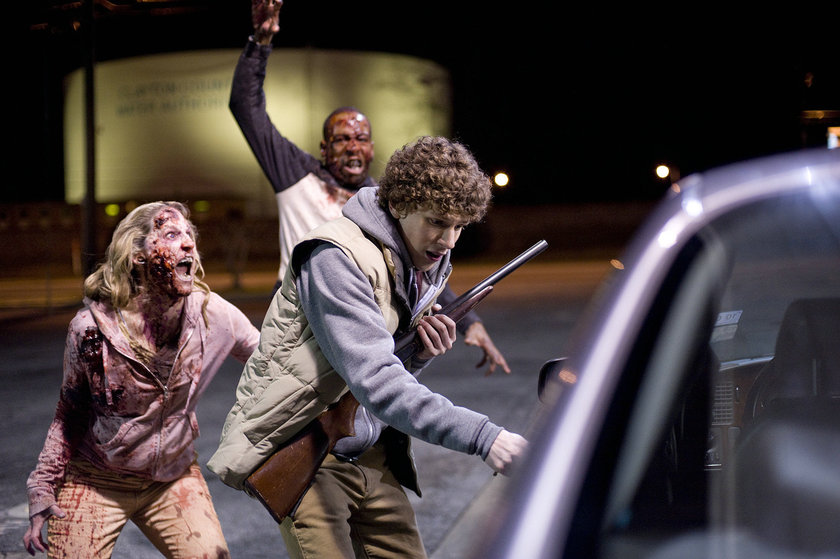 """bir dünyada bir araya gelerek yaşama arzusu, linklerle örülü yüksek tempolu bir heyecan fırtınasına dönüşüyor. """"Zombieland"""", 75 milyon doları bulan hasılatıyla ABD'de """"Dünya Savaşı Z""""dan sonra en yüksek gelir elde eden zombi filmi konumunda."""