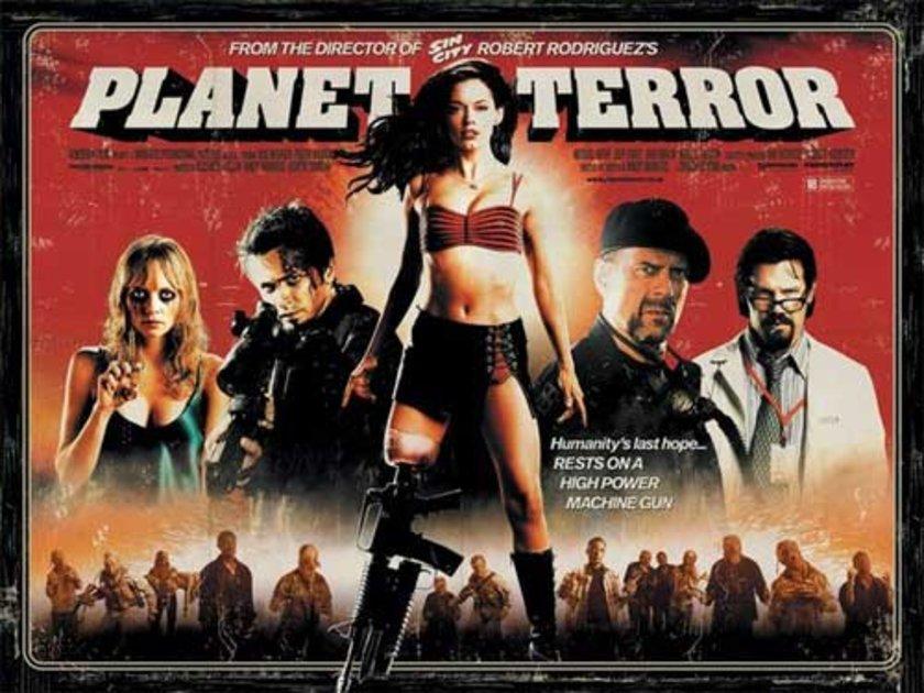 """2-Dehşet Gezegeni (Planet Terror) (2007): Çizgi roman estetiğiyle çekilmiş bir zombi filmini, saf istismar filmi öğeleriyle eğlendirirken zor bulursunuz. Seriye dönüşen vampir komedisi """"Gün Batımından Şafağa""""yla da bilinen Rodriguez-Tarantino ikilisi,"""