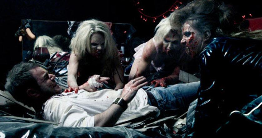 """bir çılgın çalışma daha. """"Doghouse"""", matrak ekibiyle feminist bir zombi komedisine dönüşürken """"Zombilerin Şafağı""""ndan beslenen biçimci bir estetikle ayakta duruyor. Kadın zombiler, evlisinden seksisine, oburundan yaşlısına kadar bir tasarım harikası!"""