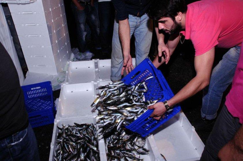 İzmir'de sezon öncesi 100 lira olan hamsi ise 30 TL'ye düştü. Uzmanlar balık fiyatlarının daha da düşeceğini vatandaşın bu sezon 5 liradan hamsi yiyebileceğini belirtti.