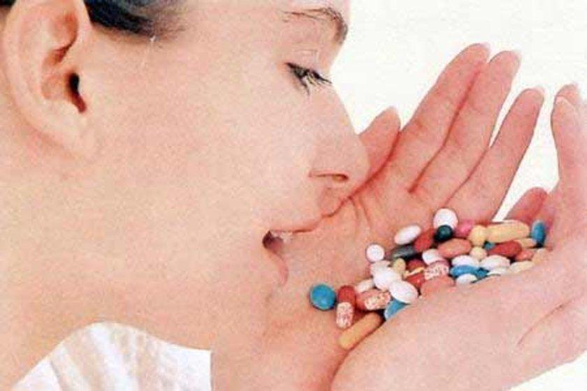 Bu tarz ilaçlar karaciğerinin fazla kolesterol üretmesini engeller. Bazı doktorlar bu ilaçları verme konusunda tereddüt edebiliyor, özellikle de hasta, hayat tarzında yapacağı değişikliklerle sorunun üstesinden gelebilecekse.
