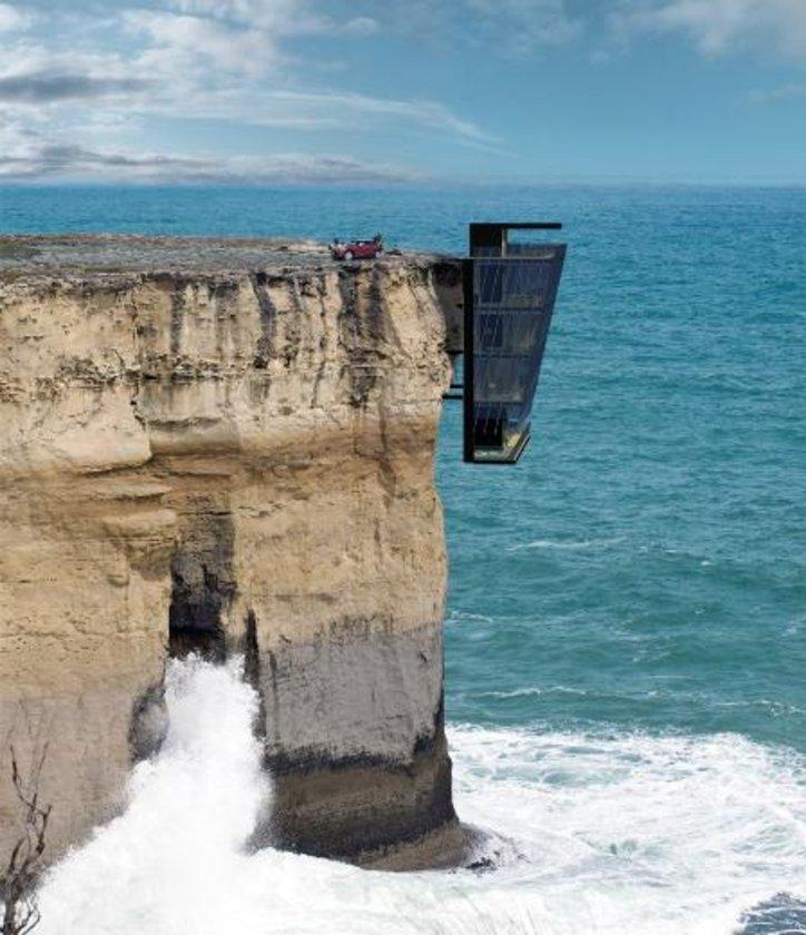 Sidney'de bir uçuruma inşa edilen bu evin iki araçlık otoparkı, hatta en alt katta içerisinde jakuzi ve barbekünün de bulunduğu açık bir 'terası' bile bulunuyor.