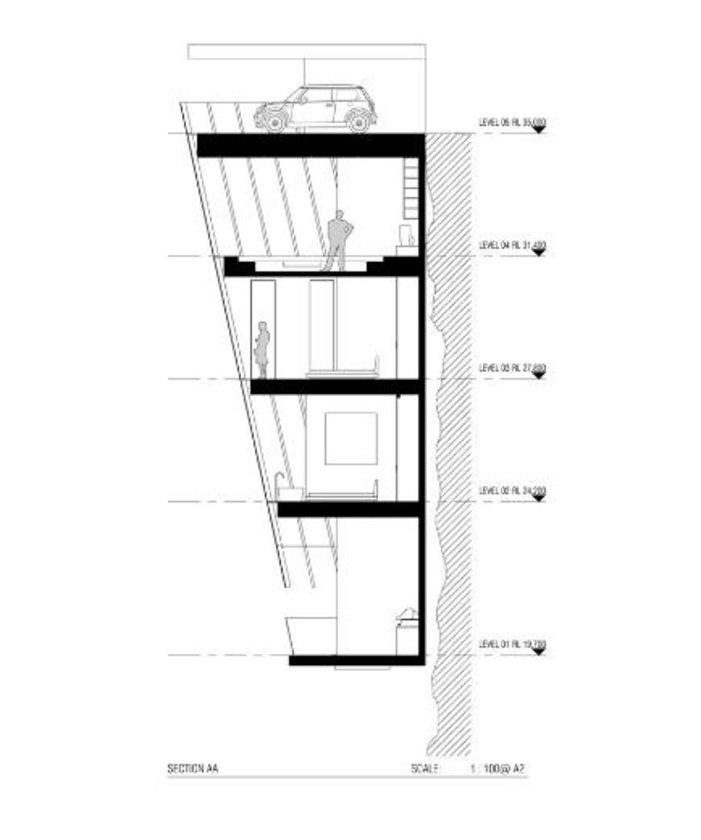 Binanın en üst katında bulunan kapalı otoparktan evin diğer bölümlerine asansörle geçiliyor.