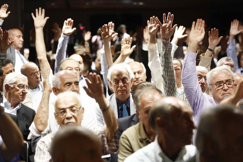 Ancak Divan Kurulu üyelerinin eleştirileri üzerine başkan Aysal istifa edebileceğinin sinyallerini verdi.