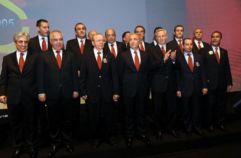 Aysal döneminin ilk çatırdamaları yönetimde yaşandı... 2012-13 sezonunun tamamlanmasının ardından Galatasaray yönetiminde ayrılıklar gündeme geldi.