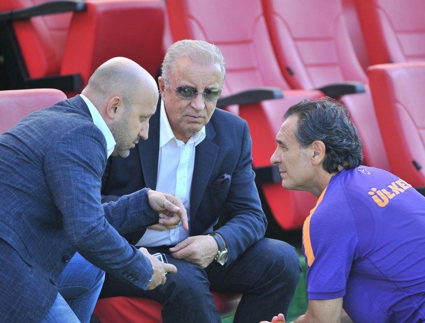 Prandelli'ye emanet edilen futbol takımı Süper Kupa'yı Fenerbahçe'ye kaptırdı, Süper Lig'e ve Şampiyonlar Ligi'ne de puan kayıplarıyla başladı.