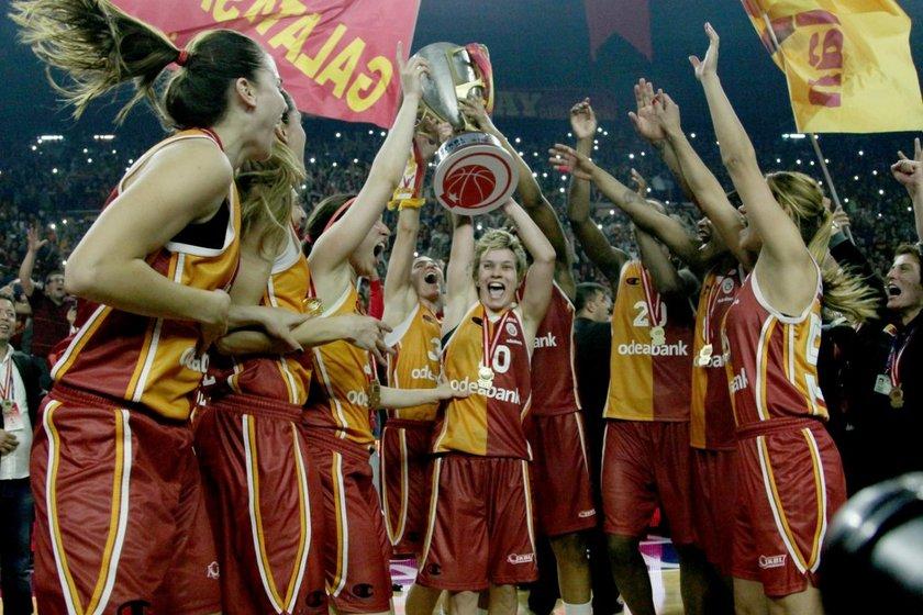 Bununla da yetinmeyen Galatasaraylı kadın basketbolcular, Kadınlar Basketbol Ligi final serisinde Fenerbahçe'yi 3-2 ile geride bırakıp 13 sezonluk şampiyonluk hasretine son verdi.
