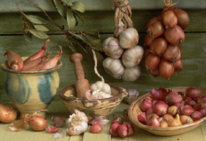 Ancak her besinde olduğu gibi soğan ve sarımsağın da aşırısı zararlı. Bu arada yemeklerinize ilave ettiğiniz soğanı yakmaktan kaçının zira yanmış gıdalar fayda sağlamak yerine zarar veriyor.