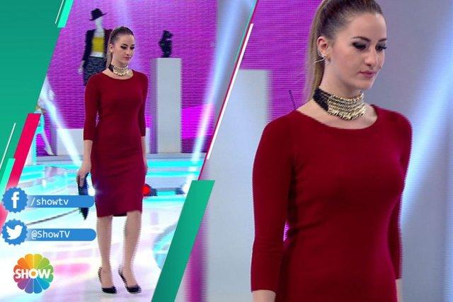 Sara Koçoğlu bugünkü kıyafetiyle bir arkadaşıyla beraber bir lansmana katılıyor. Jüriden yıldızı aldı. Bu hafta aldığı 2'inci yıldız oldu!